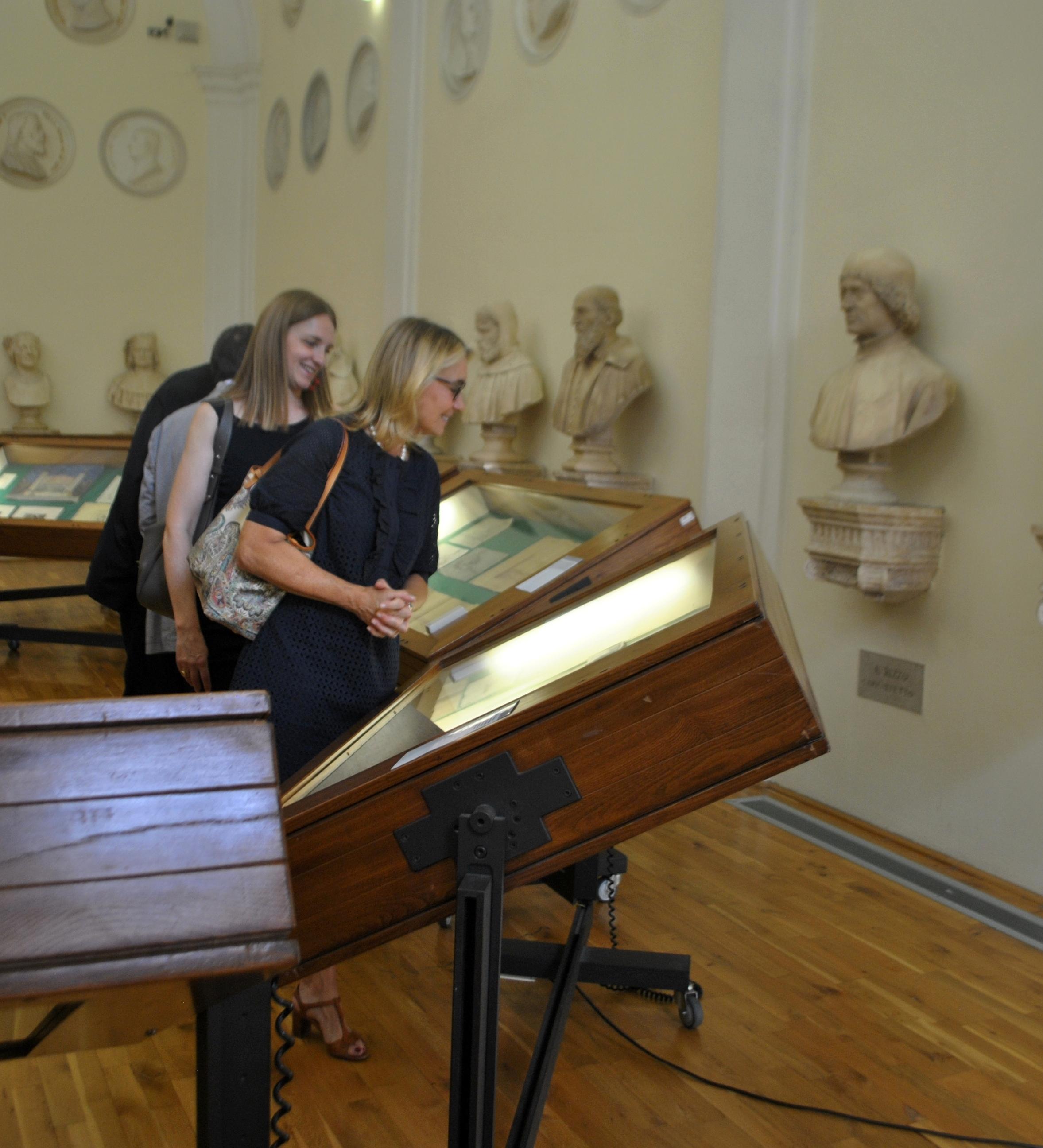 Ass. Francesca Briani e consigliere Paola Bressan durante la mostra2-2