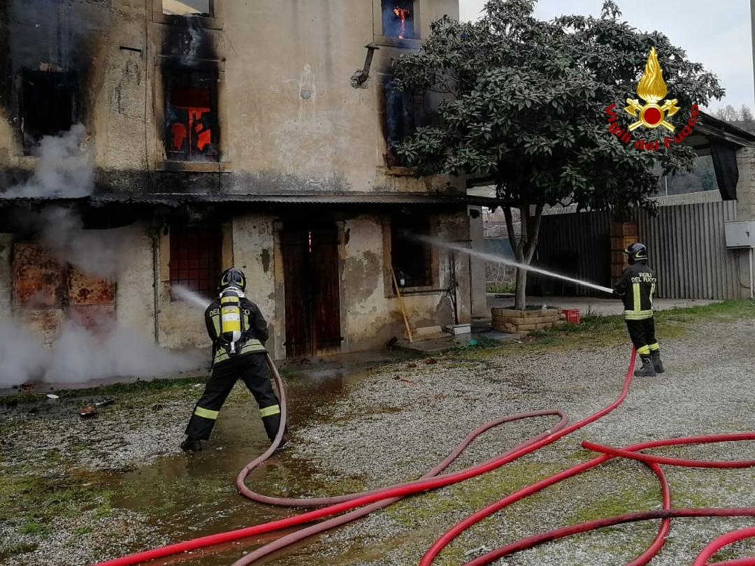 incendio-casolare-disabitato-sommacampagna-via-tre-ponti-2