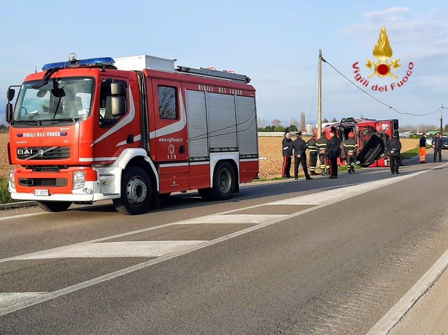 vigili del fuoco camion ribaltato-2