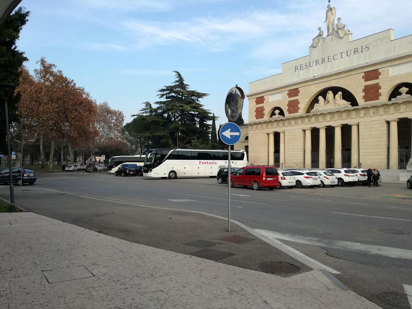 bus-turistico-cimitero-2
