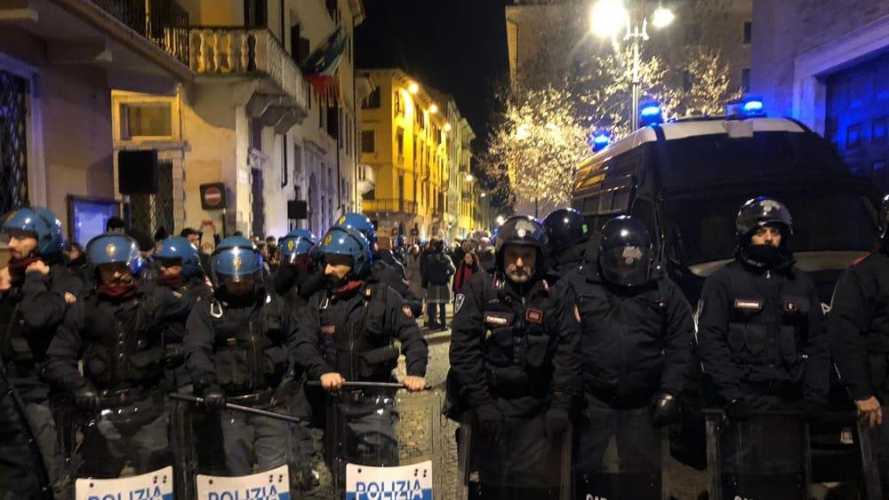 polizia-carabinieri-anti-sommossa-2