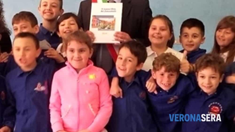 un anno con i francobolli, il sindaco di castagnaro e poste italiane premiano i bambini della scuola primaria-2