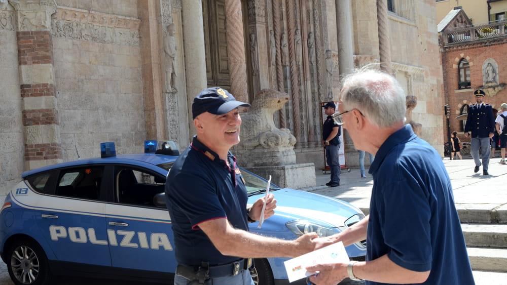poliziotto-anziano-truffe-2