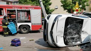 Donna disabile rimane incastrata nell'auto capovolta dopo l'incidente