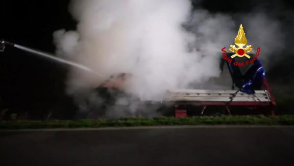 Furgone esce di strada a Gazzo e prende fuoco, rogo domato dai pompieri