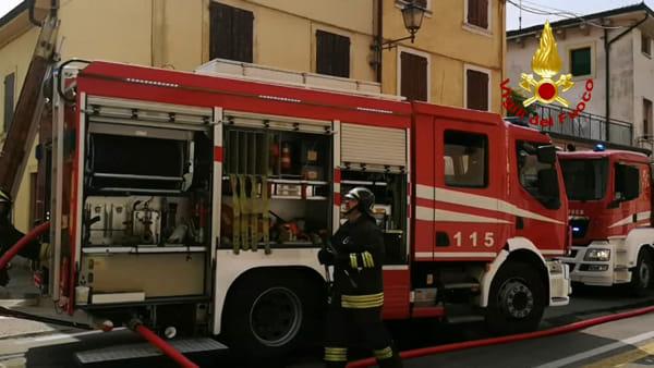 Le fiamme distruggono il tetto di una palazzina nel centro di Valeggio