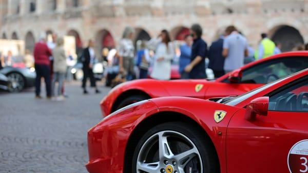 """Ferrari e buon vino, da piazza Bra al Lago di Garda """"La Rossa incontra il Rosso"""""""