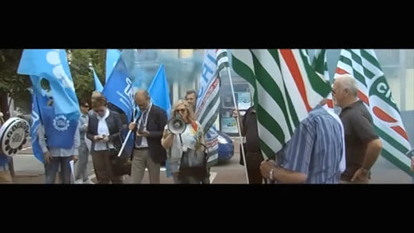 Manifestazione di protesta davanti alla sede di CereaBanca