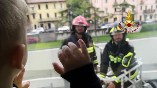 Sorrisi e spensieratezza in pediatria per la visita dei vigili del fuoco