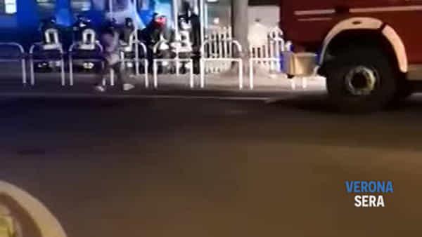 Travolta dal treno mentre camminava vicino ai binari: la 28enne è grave