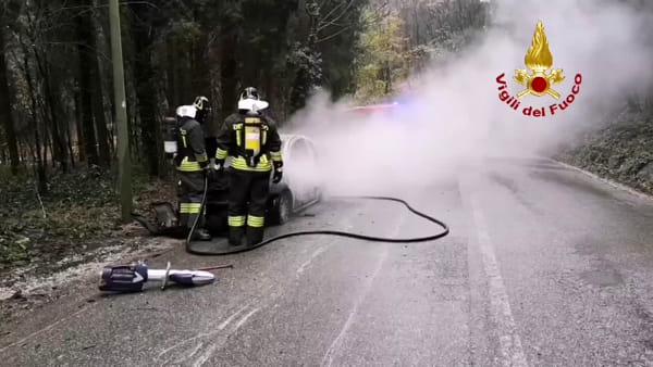 Auto in fiamme a Verona: il video dell'intervento dei vigili del fuoco