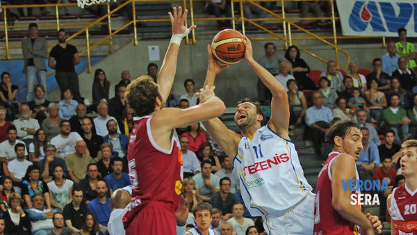Boscagin a canestro (foto www.scaligerabasket.it)