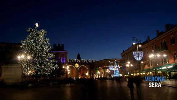 Stella Di Natale A Verona.Verona La Stella Di Natale In Piazza Bra E Salva Arriva Lo Sponsor