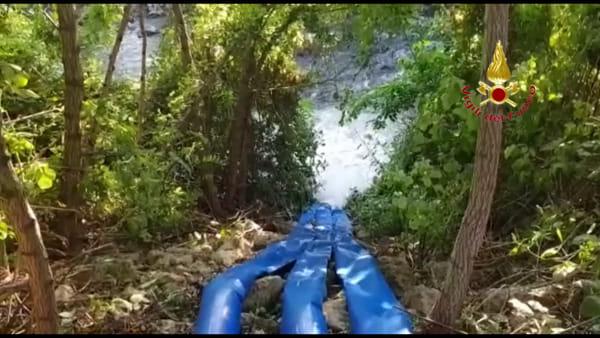 Vigili del fuoco pompano acqua nel torrente Alpone per salvare i pesci