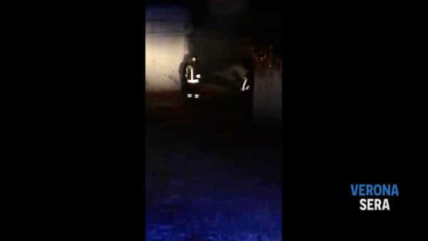 Incendio nel tunnel di un garage di un'abitazione: paura per un'auto in fiamme