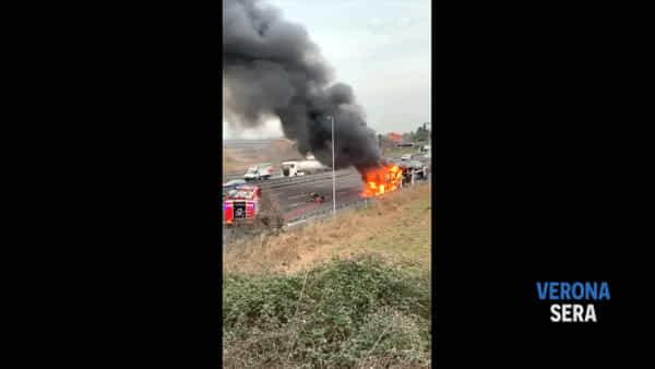 Incendio di una bisarca che trasporta auto in A4: il video di un lettore