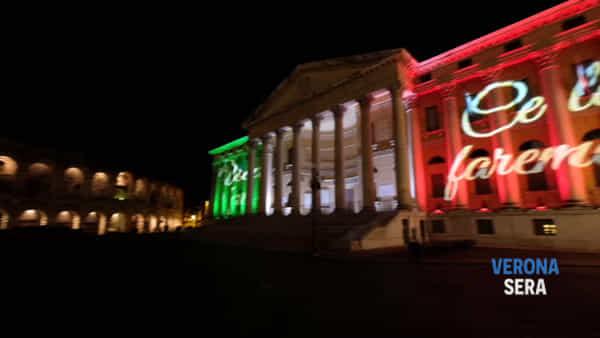 Le splendide immagini video di Palazzo Barbieri a Verona illuminato con il tricolore