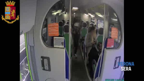 Il video sul treno del furto di un telefono cellulare ai danni di una studentessa