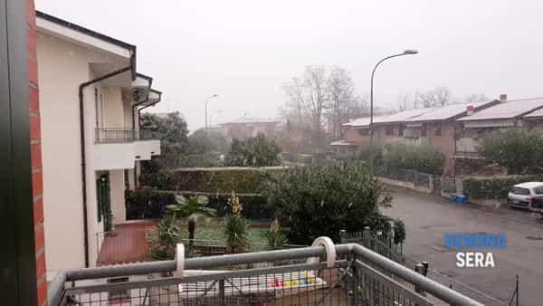 Scendono fiocchi di neve sul Veronese: città e provincia si tingono di bianco