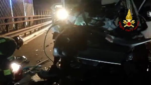 Tamponamento tra furgone e tir in A22: 22enne estratto dalle lamiere. È grave