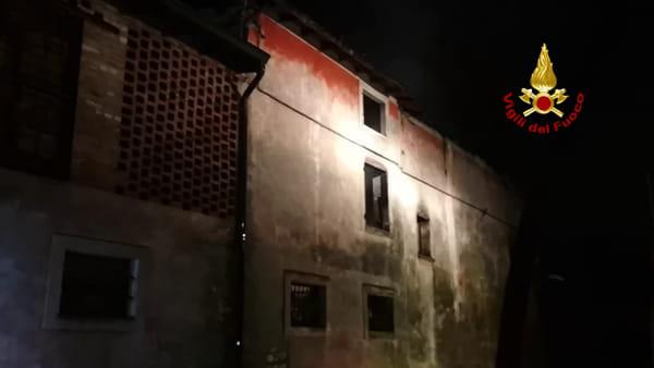 Incendio a Parona: distrutto il solaio e il tetto di un rustico, pompieri in azione