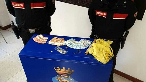 I carabinieri con il materiale sequestrato