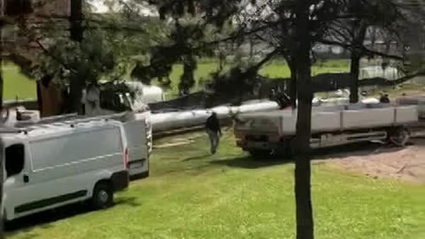 Antenna posata tra parco giochi e campo sportivo, cittadini preoccupati