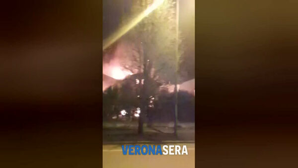 Onoranze funebri in fiamme: il video dell'incendio girato da un lettore