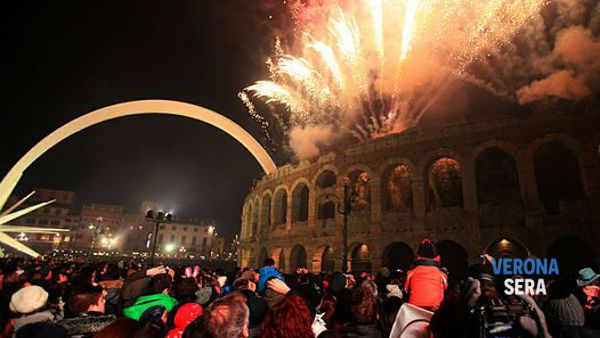 Musica, divertimento e spettacolo pirotecnico per il Capodanno in piazza Bra a Verona