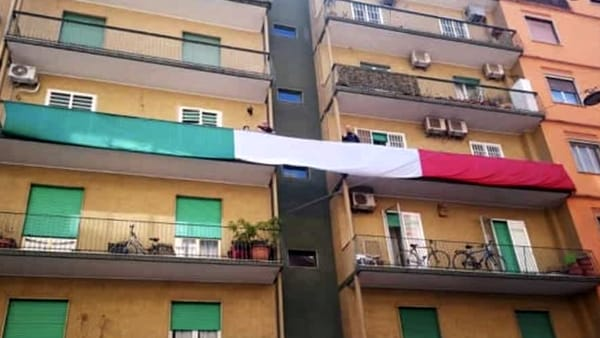 Balcone tricolore flash mob - foto Fabio Florio via BariToday
