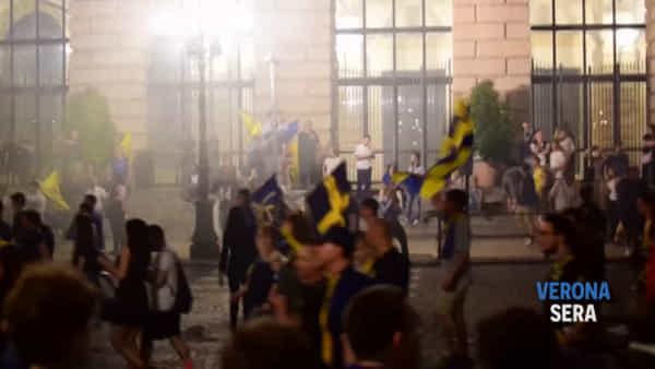 Promozione Hellas, tifosi in delirio e cori in Bra: «Torniamo in serie A...»