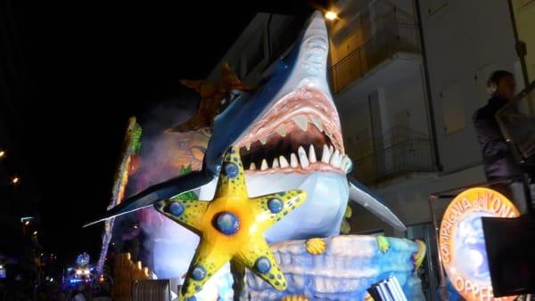 Maschere, banda emajorette:torna il carnevale in notturna a Isola della Scala