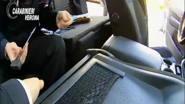 Un magnete fa scattare il vano segreto in auto: dentro un chilo di cocaina