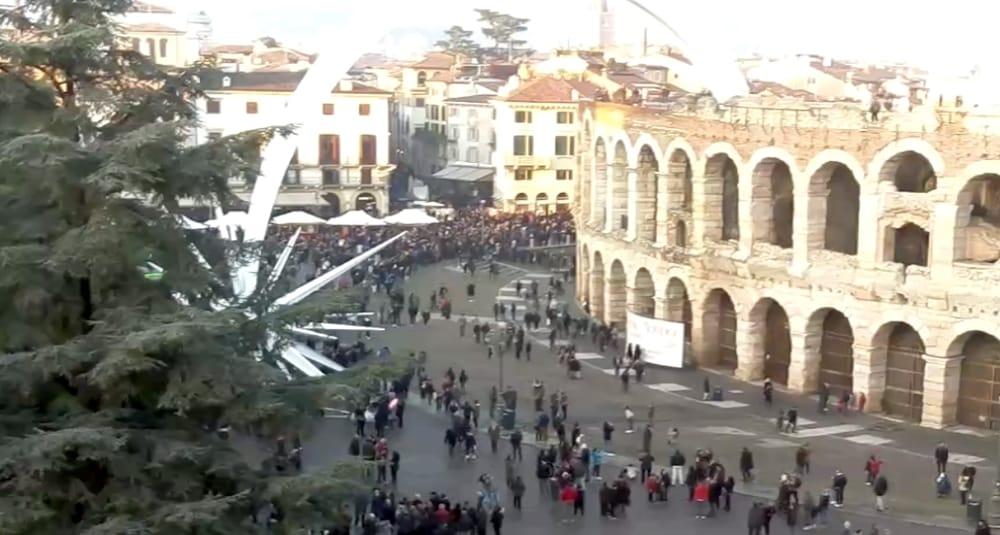 folla piazza bra arena 8 dicembre 2018