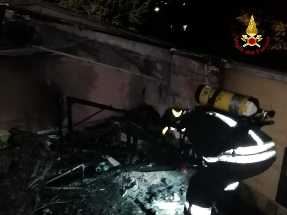 incendio tetto casa castelnuovo del garda vigili del fuoco pompieri notte 1
