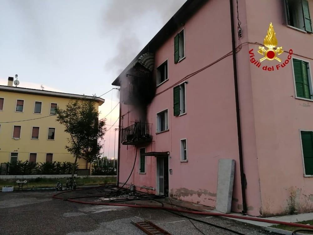 incendio dolcè casa immigrato pompieri
