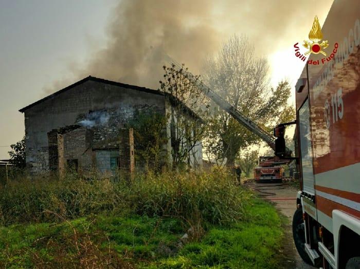 incendio casolare vigili del gfuoco pompieri2